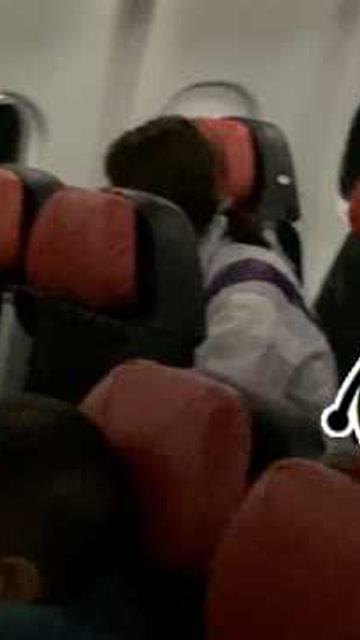 孩子飛機上哭鬧 母親遭乘客喊話後怒懟:有本事你們別生孩子