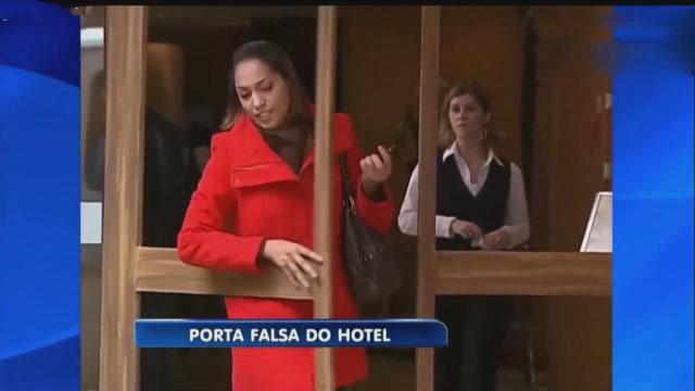 国外恶搞视频:酒店门没装玻璃,美女出门纷纷中招,看一次笑一次