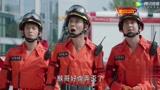 高空作业人员意外坠落,消防员紧急出手救人!