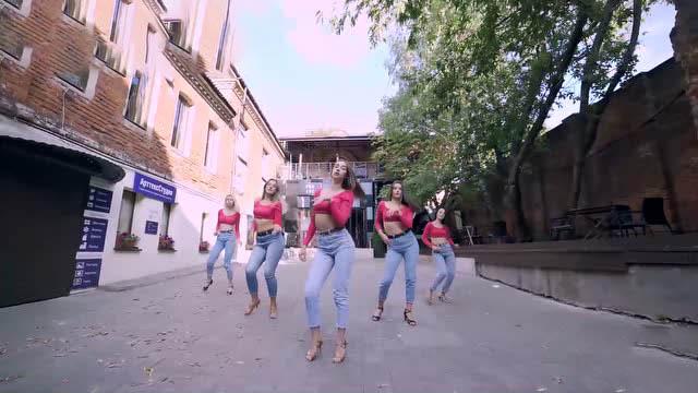 俄罗斯女孩街头热舞!