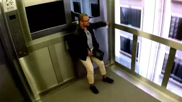 小伙被电梯整蛊