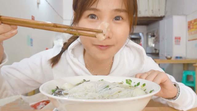 密子君回重庆老家吃美食