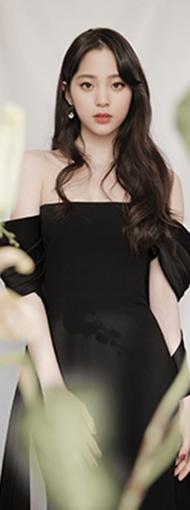 欧阳娜娜黑色丝绒长裙显优雅 露香肩美背秀玲珑曲线