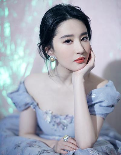 刘亦菲出席盛典,穿宫廷风花朵裙优雅,网友:天仙下凡不容易啊