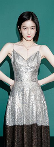 张雪迎一袭银色连衣裙,化身人鱼公主,气质可以!