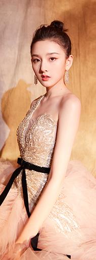 宋祖儿高丸子发型特可爱,穿粉嫩羽毛裙好美啊!