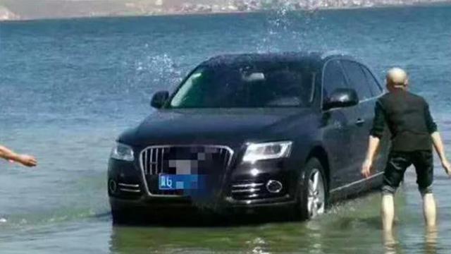 违规开进洱海里洗车?