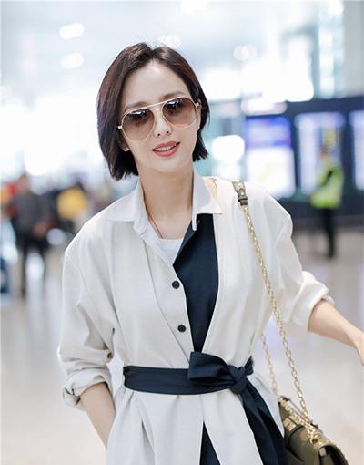 佟丽娅优雅黑白配穿搭现身机场