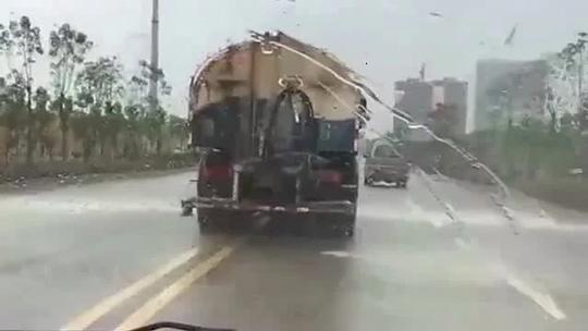 洒水车水管会跳舞?