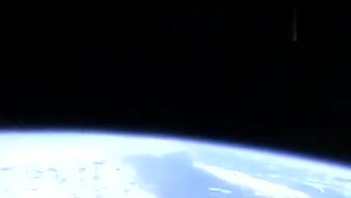 """国际空间站惊现""""香烟状""""UFO:速度实在太快了!的图片"""