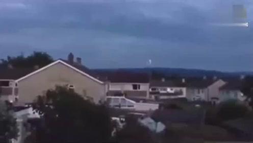 不明飞行物目击UFO在英国夜空中飞行,它是外星人吗的图片