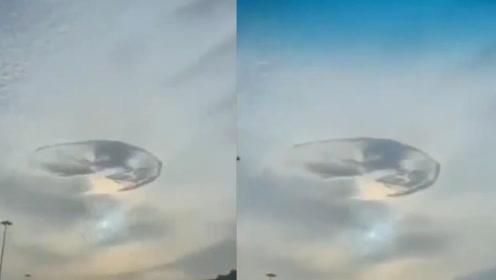 不可思议!阿联酋上空惊现神秘旋涡洞,市民纷纷猜测UFO降临的图片
