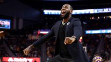 NBA轻松时刻:这波操作我看笑了,竟然偷听战术