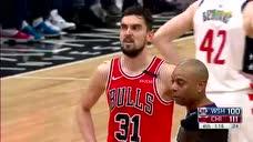 千万别有事 穆雷是防守对方投篮落地不慎脚受伤被搀扶离场