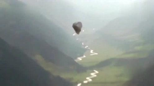 游客在山区拍摄到的不明飞行物,外形怪异!的图片
