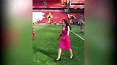 利物浦老板娘现场见证萨拉赫进球还不忘露一手