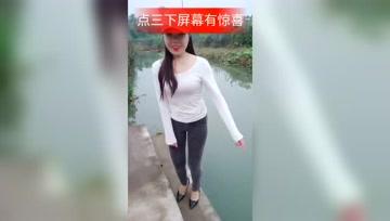 这样漂亮的小姐姐在河边玩.落水了,你们会救吗?