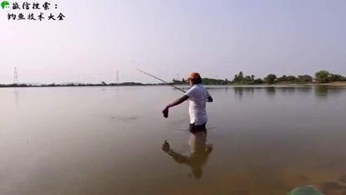 这里的鱼胆子也太大了吧,钓鱼人站水里都能钓到大鱼