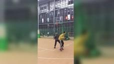 篮球的另类玩法,蒙住双眼,全靠听力图标