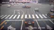 三轮车司机怎么想的,直闯红灯,结果令人不堪设想!