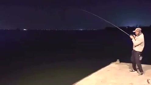 前打钓鱼,50多厘米的红槽鱼,拉力还是很大的