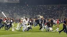真 功夫足球 球迷冲进球场与球员冲突