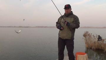 大冬天,用这种钓法钓鲫鱼,想封竿都难,上鱼就是快!