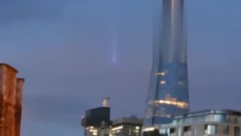 现在的UFO也太大胆了,这回直接飞进城市里了!的图片
