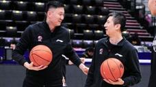 44岁郭士强打球什么画面?无惧杜峰挑战自信投三分,下一秒尴尬了