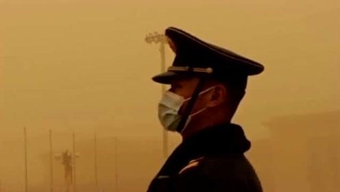 在沙尘暴中站岗的军人,灰尘满天飞都睁不开眼,他们依然不动声色!