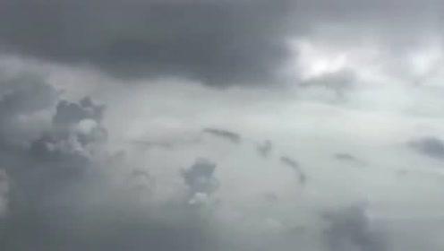 男子乘飞机拍风景,意外拍到不明飞行物UFO飞过!的图片