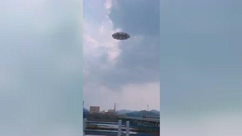 坐在车上看到空中有一个UFO不明飞行物,这是什么,有人知道吗?的图片