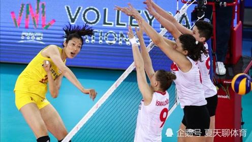 定海神针!中国女排危急时刻,朱婷替补登场彰显英雄本色,力挽狂澜赢关键局