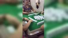 赌神阿婆麻将狂自摸?你能看穿她的出千手法吗?