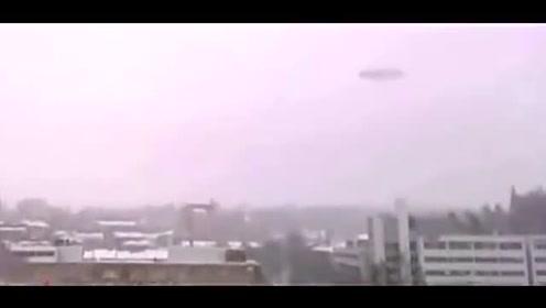 雪天空中出现神秘画面,拍到不明飞行物,难道是UFO的图片