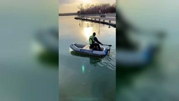 只要你想钓鱼,结冰的水面照样可以玩,钓鱼人就是这么执着