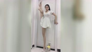 踩着高跟鞋表演绝活,娶这样的小姐姐肯定幸福