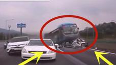 高速公路上£¬大客车瞬间撞了上来£¬发生侧翻£¬现场横扫一片