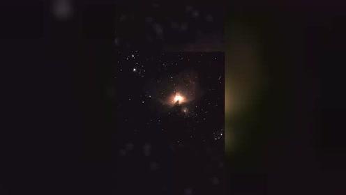 美国天文学家捕捉到雪茄型UFO在猎户座M42附近