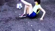 厉害,这脚法,美女球技好而且还那么漂亮
