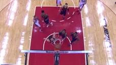 NBA轻松时刻:大家都在激烈的抢位,没想到这球竟然在篮筐上不下来了!