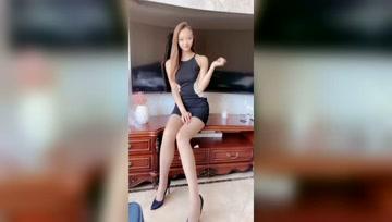 爱露长腿的小姐姐,一定记得搭配白色丝袜,会让魅力翻倍