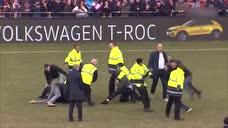 比战斗民族还暴躁!荷兰联赛球迷冲入场内与球员互殴
