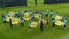 利物浦训练时展示冠军旗帜 全员笑得合不拢嘴图标