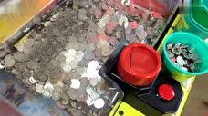妹子在游戏厅遇到推币机故障 成堆游戏币往外掉 - 腾讯视频