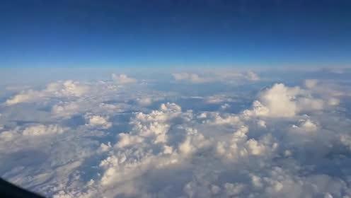 天空中出现诡异一幕,是飞机还是不明飞行物UFO的图片