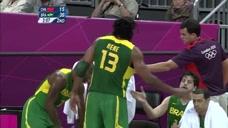 巴西男篮弄巧成拙,背传队友,中途却被中国男篮断下