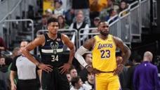 NBA轻松时刻:今年湖人雄鹿快船三国鼎立,詹姆斯小卡字母哥谁能登顶?
