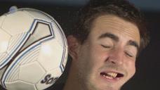 被高速飞来的足球砸中有多疼?老外用脸作死实验,这场面不敢看图标