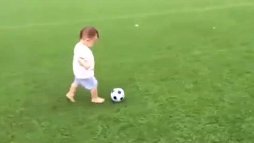 萌娃踢足球,可爱的萌娃踢球视频头像